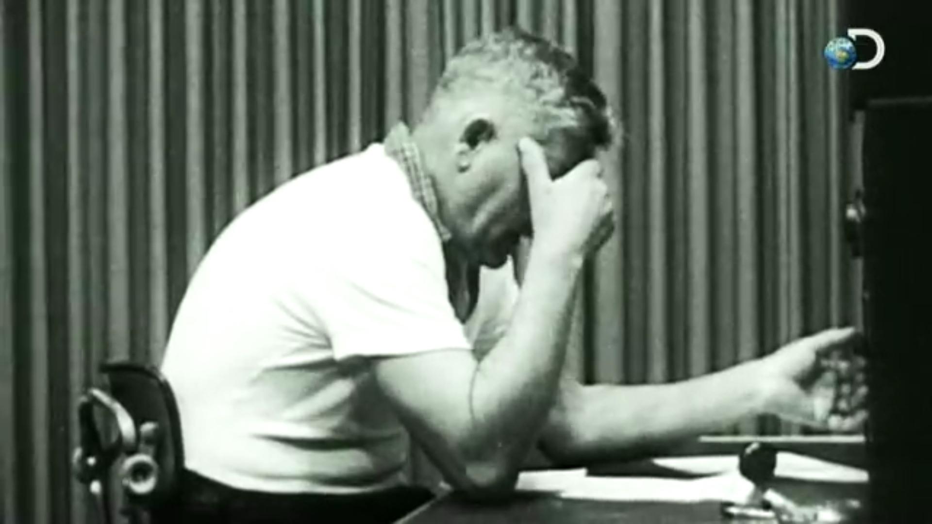 Curiosity: How Evil Are You? | The Milgram Experiment Discovery有重新製作實驗的片段,可以從這三分鐘體驗按下開關的手有多沉重。