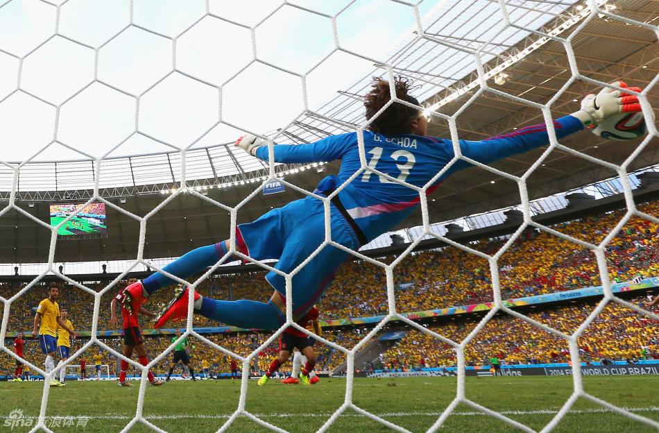世界盃A組第2輪在福塔雷薩卡斯特朗球場開始首場較量!! 巴西0比0被墨西哥逼平, 上半時,內瑪律頭球在門線上被奧喬亞神奇接殺!! 一代門神,由此誕生!  (撲的好啊!!Good Job~)