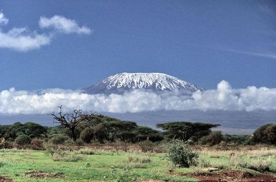3.乞力馬札羅山是非洲的第一高峰, 由於氣候變暖, 山頂的積雪已開始逐年融化, 也許10年後, 乞力馬札羅山頂的白雪就將消失殆盡。