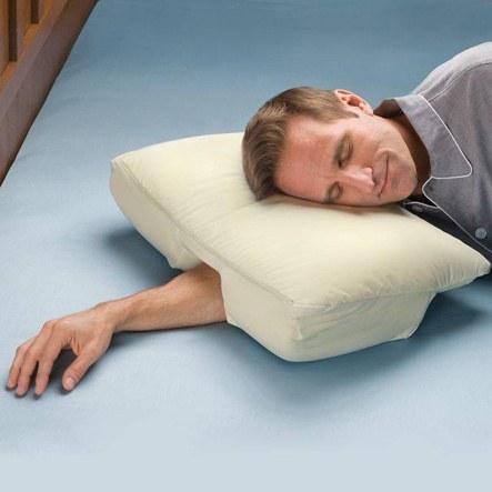 手靠墊枕  但是當你想要轉個身就有一點麻煩