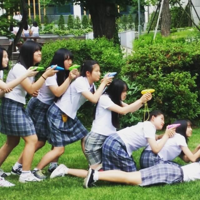 下半身則是灰格子的直筒裙 台灣的學校也有直筒裙的校服嗎?