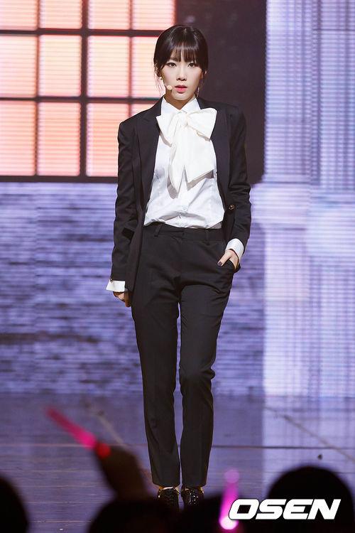 但是泰妍呢,膚色原本就白皙,所以即使是黑髮,膚色也不會變暗