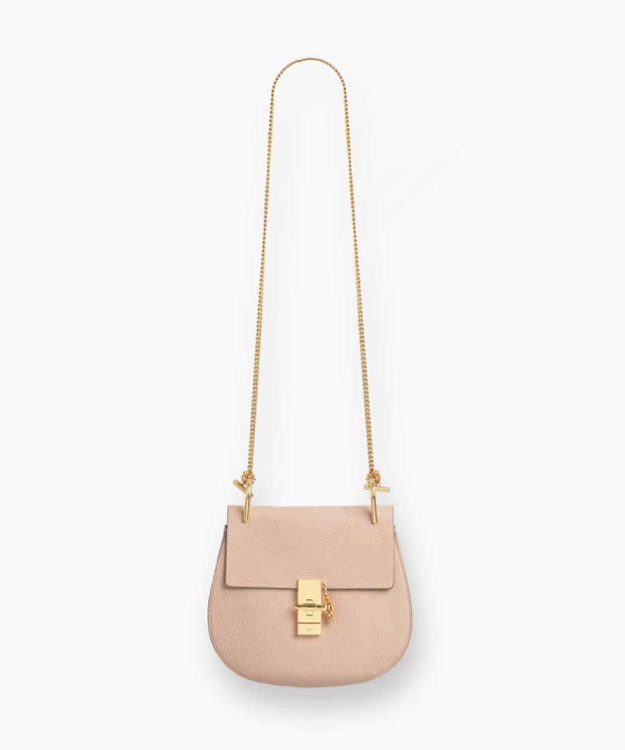 最近很常看到的這款人氣包包是Chole的Drew包!光是看照片就好像可以感覺到它柔軟的牛皮觸感~雖然價錢之高,但是經典的設計,是不會退流行的款式,絕對值得投資收藏:)