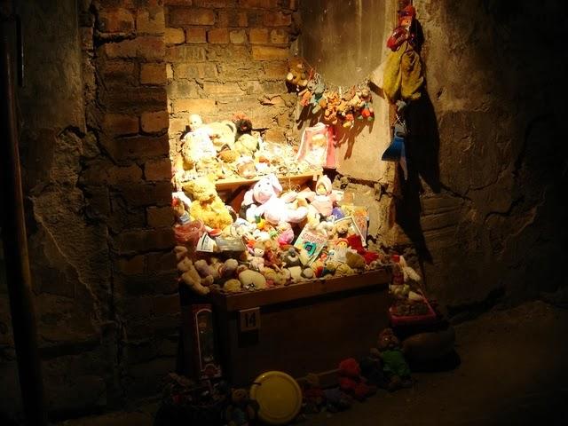 而其中一個叫「安妮 」的小女孩當時並沒有得黑死病,卻也被封鎖在這條街裡,最後悲慘地死去。