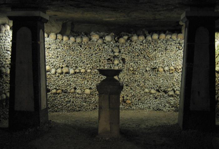 骸骨都整齊沿墻排列,並標明死亡年份。墓室裡的空氣非常潮濕,瀰漫著屍體腐爛的味道。