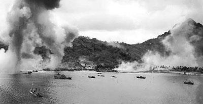 但是美軍在短短兩天的時間內對這裡進行了地毯式轟炸,轟炸了日方在密克羅尼西亞特魯克瀉湖上的60多艘軍艦。日方250多架飛機也被美國強大的軍事戰艦、潛艇、轟炸機徹底摧毀,也堵住了珊瑚礁的兩個入口。