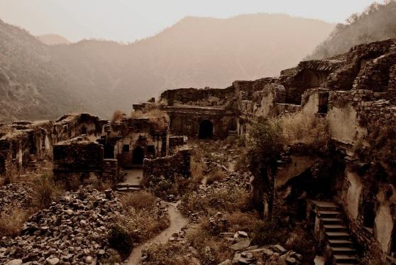 這裡在18世紀20年代被齋浦爾王征服後,城市很快就被遺棄了。現在這裡還保留著在十七世紀以前的遺址,如廟宇、亭台樓閣、城堡和中世紀的市集。