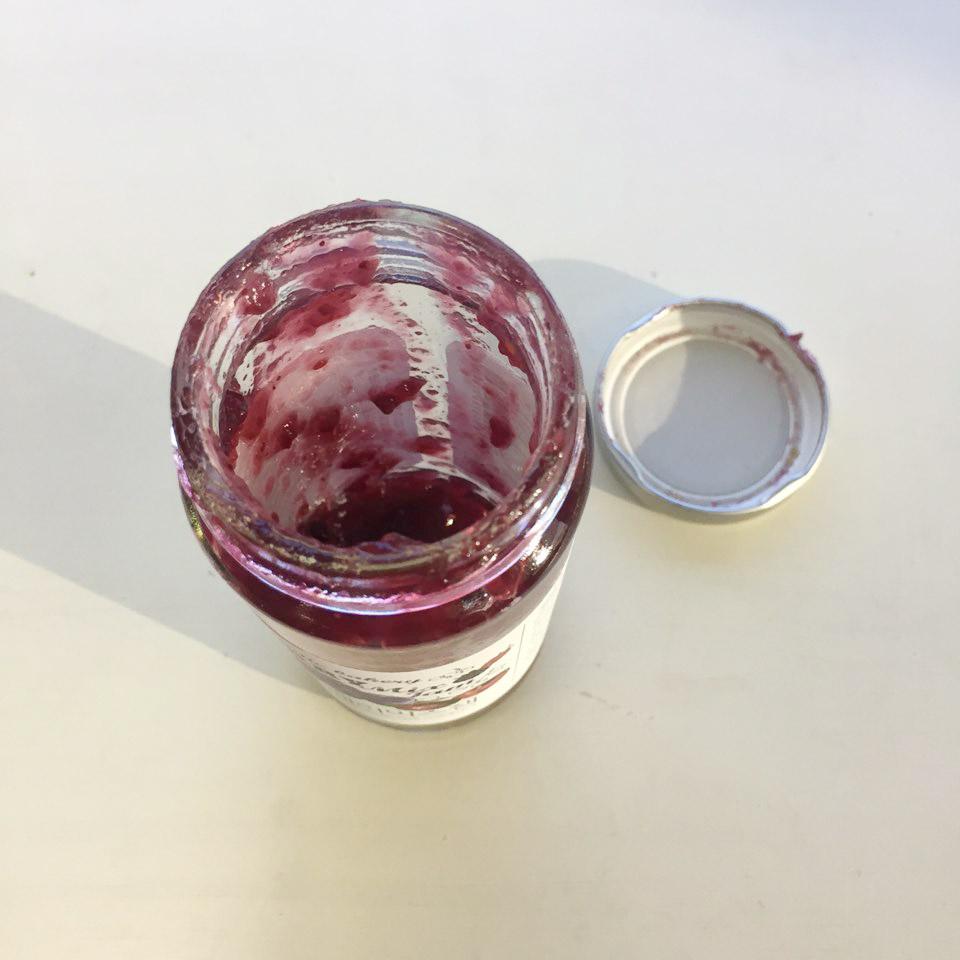 5. 徹底吃完果醬瓶裡的果醬 我們通常在吃完果醬後,不管用勺子挖多乾淨,最後瓶子上總會剩下很多果醬,直接扔了又怪可惜的。