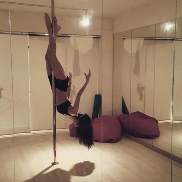 這麼高難的動作也可以@初學者不要模仿 看來歐妮最近是迷上鋼管舞了呢!