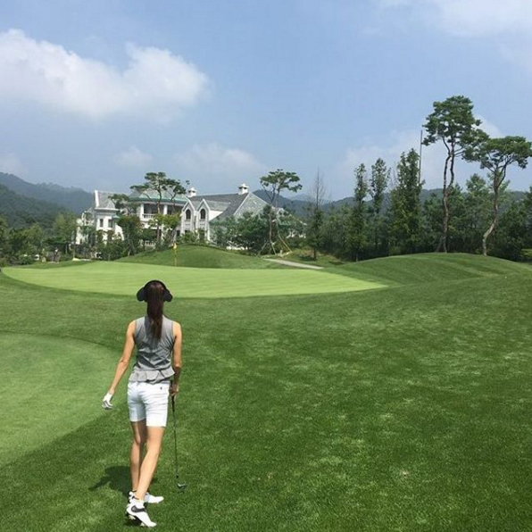 偶爾做做戶外運動也是好的!高爾夫球場上的背影..好美耶~
