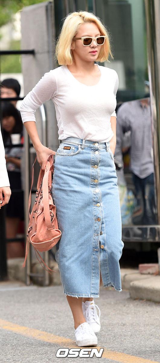 8.A字裙 不少韓星的街拍中你都能看到短款的A字裙,有些復古,有些學院風,還能減齡!如果你腿長,試試長款的也不錯哦~