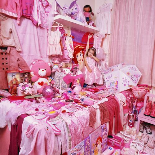 粉紅色因為能讓腎上腺激素分泌減少,所以可以讓情緒穩定,據說精神壓抑者常接觸粉紅色也會有所幫助,也能帶來不爭吵的和平世界。:.゚ヽ(*´∀`)ノ゚.:。是真的啦~~