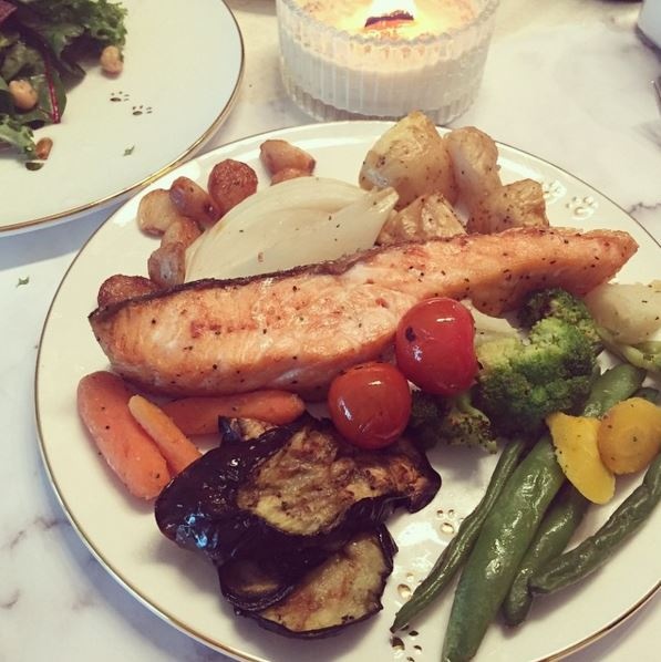 喜歡下廚的她通常都會自己料理,鮭魚和烤蔬菜是她最常吃的組合~ 另外她也會利用剁碎的豆腐、梨子及洋蔥混和均勻後,做成健康的手工豆腐排