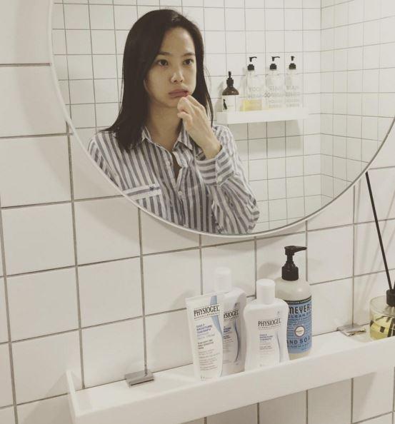 就連一張素顏刷牙的照片也能夠成為韓國記者寫新聞的題材XD意指尹承雅素顏也很美~