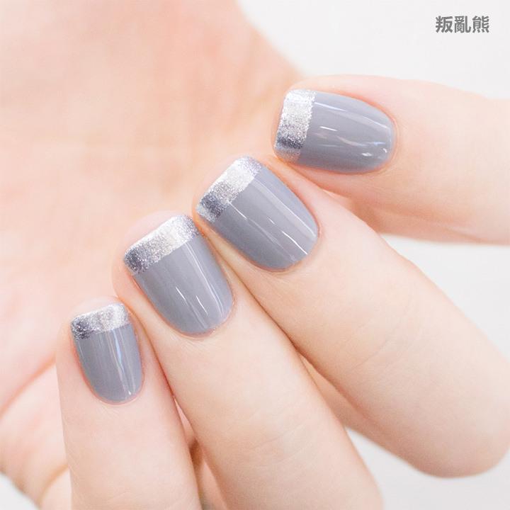 如果單塗灰色一定會有一種陰沉感,美妞們有沒有覺得在指尖加上一點銀色有比較好一點呢?