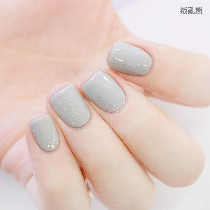 在淺灰色上蓋上一層銀色亮粉,隱隱約約的亮粉帶有種神祕的感覺~