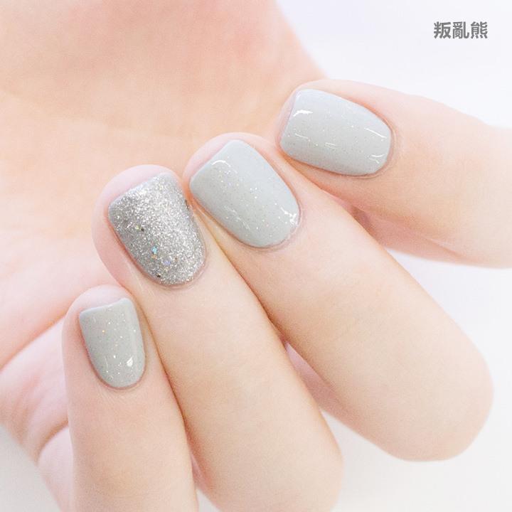 其他指頭都保持上一個組合,無名指則改用更大顆的銀色亮片塗滿整紙
