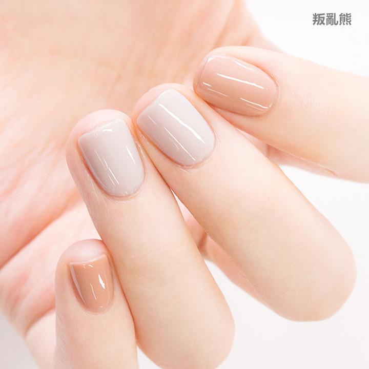 淺灰和米色搭配起來就是有一種氣質優雅感,光是看這個顏色組合,就覺得很適合搭配針織衫和白色洋裝呢~