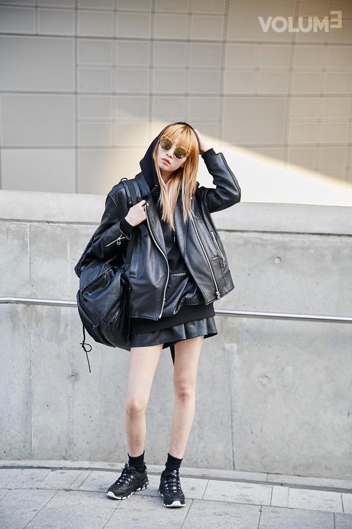 這種All-Black的穿搭真的超有個性的吧!不只皮夾克,連帽T上的口袋和短褲都是皮質的呢~