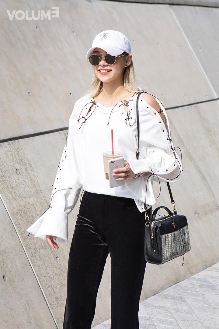 韓國模特兒宋海娜也小露香肩~ 不愧是時尚MODEL,正在流行的喇叭袖元素也有呢!
