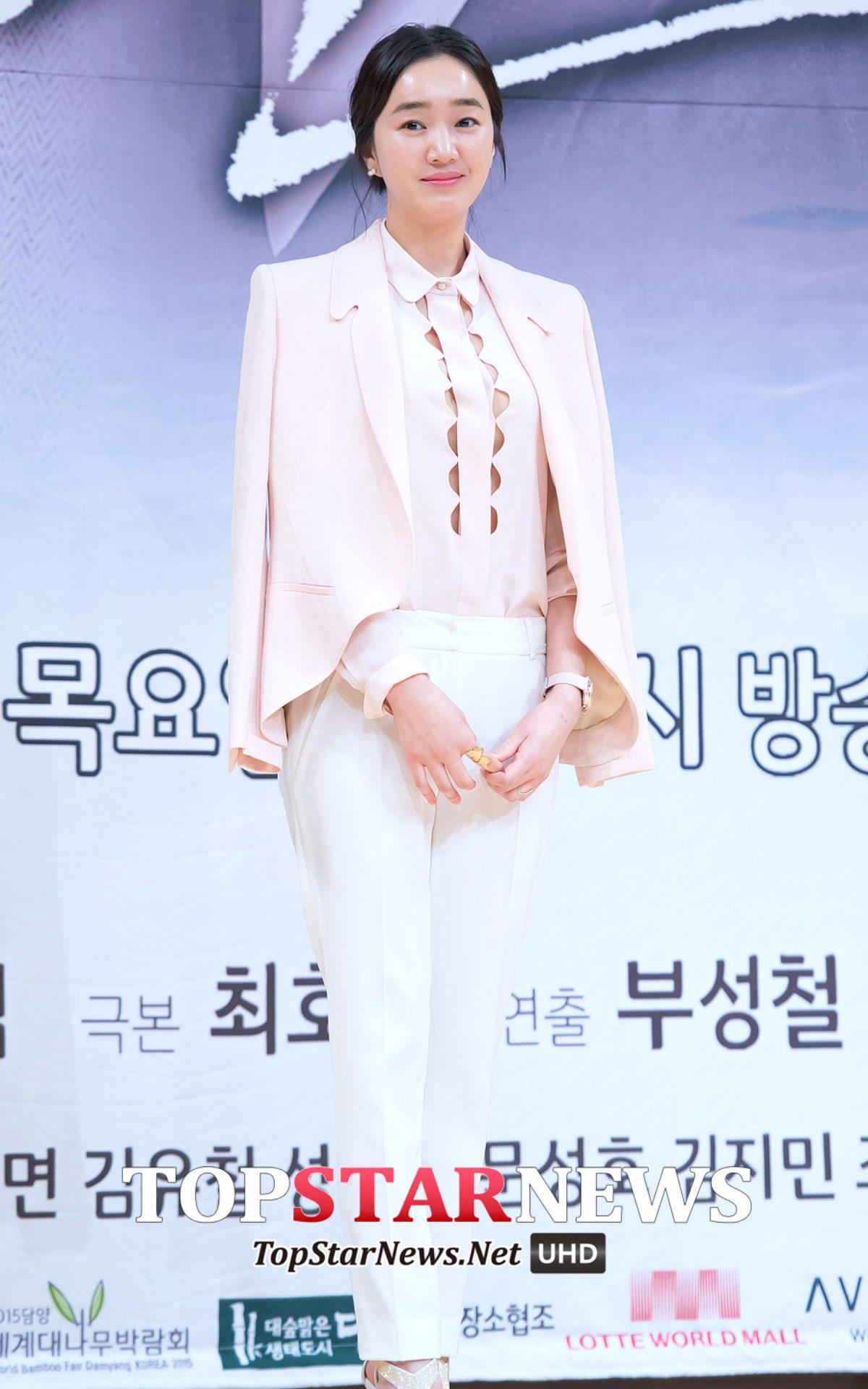 ➤ 秀愛 曾經當了6個月的歌手練習生,準備以RAPPER身分出道,但經紀公司認為她有當演員的潛力,所以1999年在電視劇《學校2》中以演員身分出道。