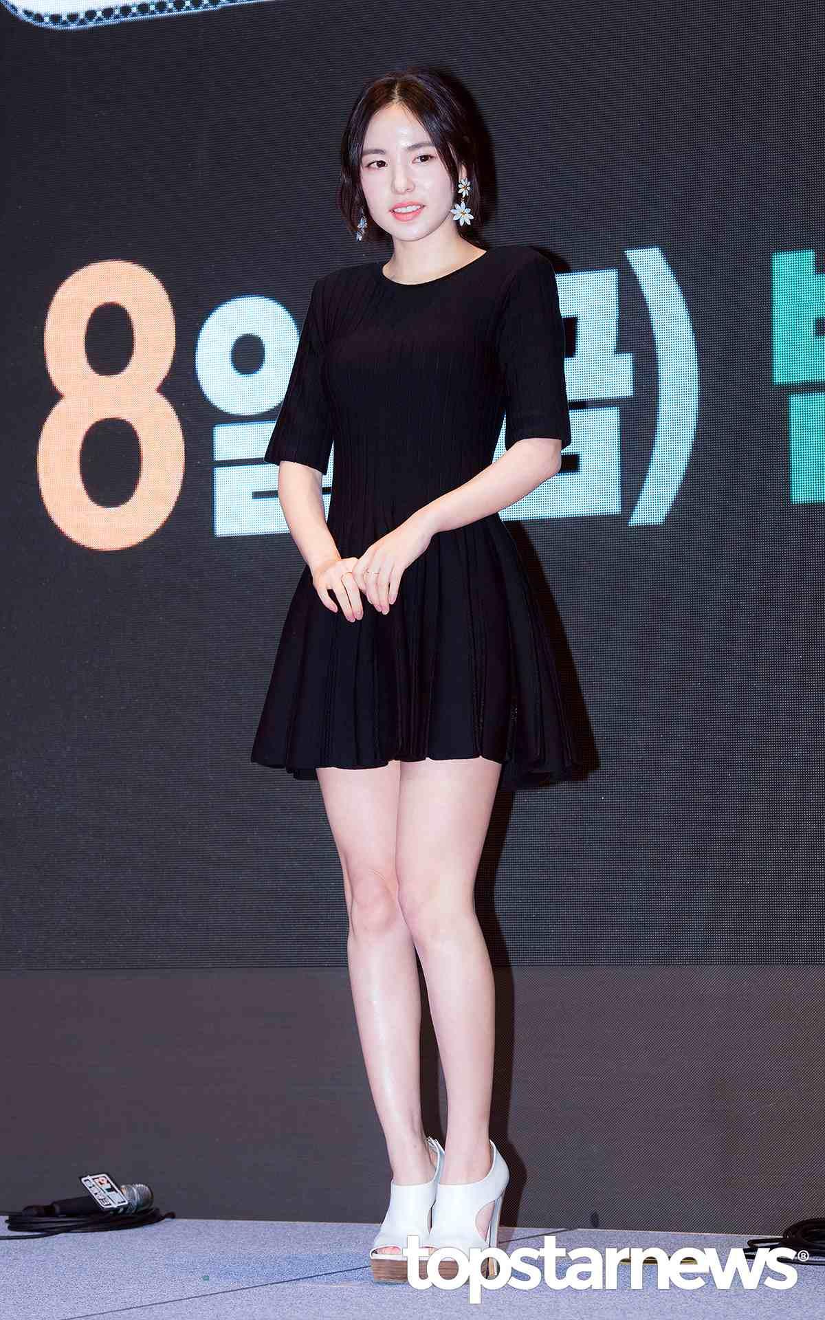 ➤ 閔孝琳 2004年在JYP當練習生的閔孝琳,曾經以歌手的身分活動過一段時間,但是因為家住大邱,首爾-大邱的通勤加上塞滿的練習生行程,最後他選擇放棄當歌手改以演員身分出道。