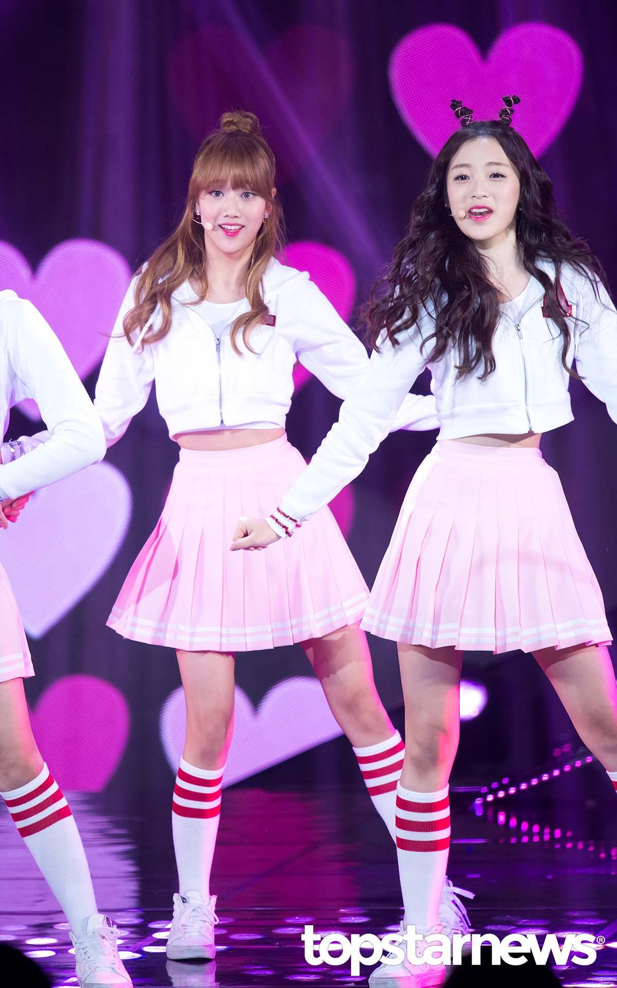 ▼APRIL 另外一組以百摺裙X短版上衣X足球襪為主打造型的還有APRIL!以今年最流行的粉紅色搭配短版帽Tee外套,青春氣息滿分!