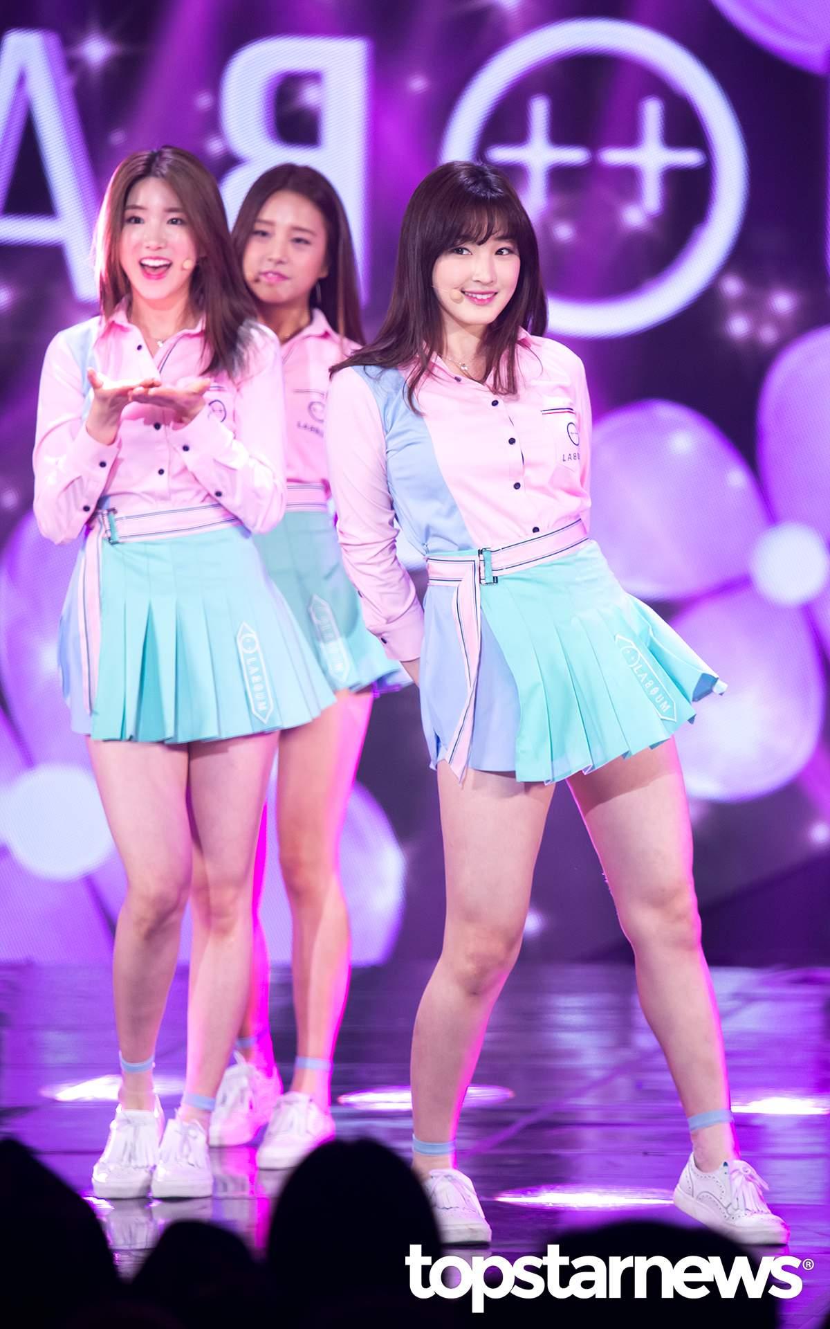 ▼ LABOUM 另一組女團LABOUM同樣穿上了百褶裙,但是整體則是以套裝的方式,以腰帶與粉嫩色調為主打!