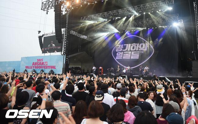 接下來這組絕對就要從在舞台上的他們先開始介紹,才會知道他們台上和台下有多麼的不同!光看演唱會的現場就知道他們在韓國的人氣有多高,但是這場演唱會的主角可不是什麼偶像
