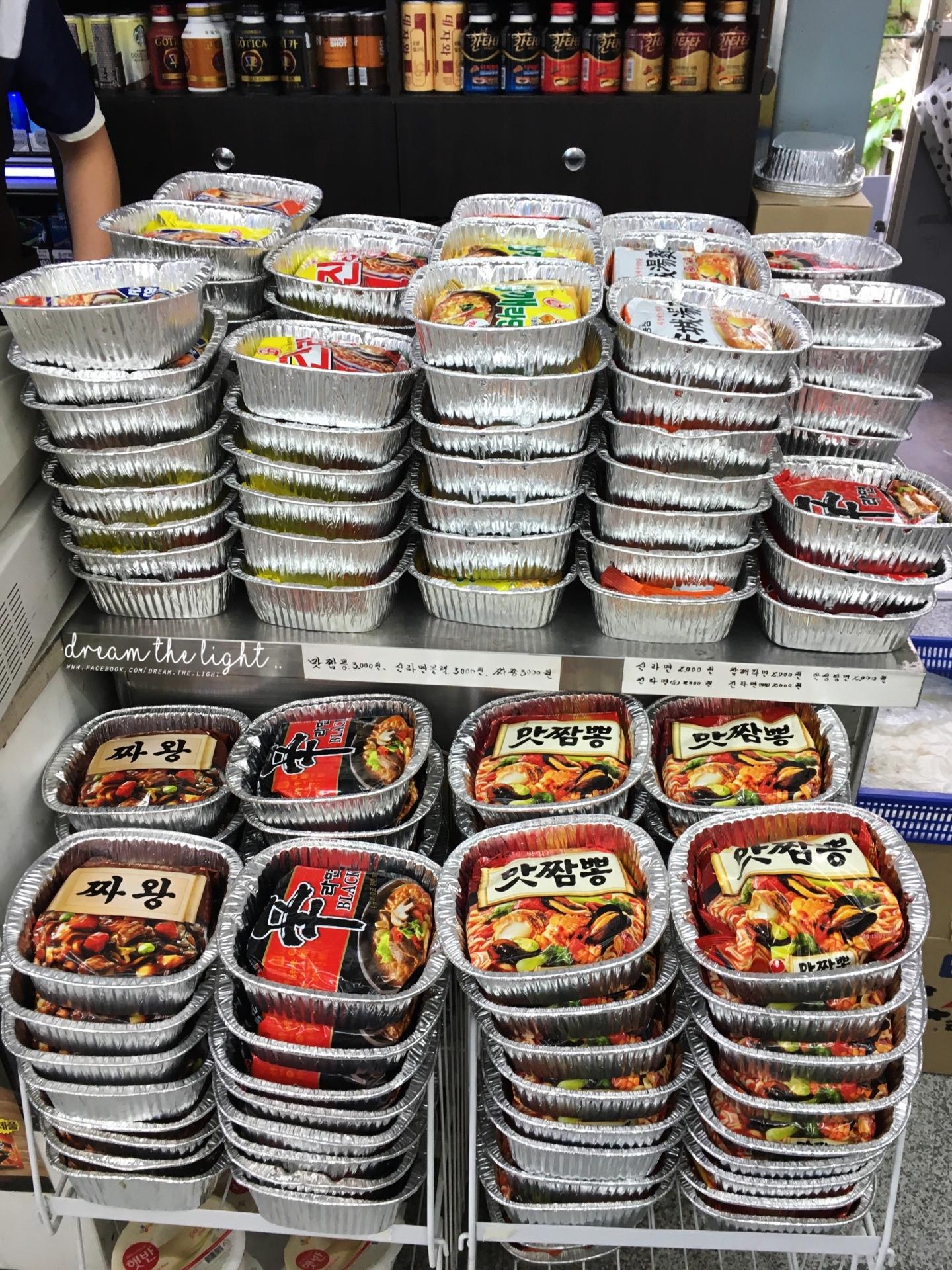 在店裡有很多用「鋁箔紙碗」裝好的泡麵,大家可以選擇自己喜歡的口味,價格從台幣 60 元到 80 元間都有(韓幣 2000元起跳)。