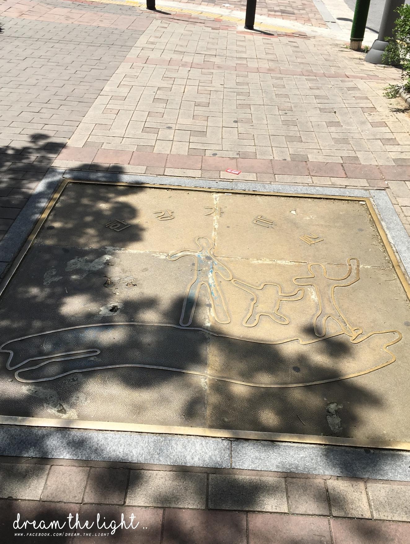 zzang zzang!就是去「漢江公園」的路上,現在大概是中午 12 點左右,冒著被曬成人乾(?)的危險,為了一碗「泡麵」GO GO GO 中´ω`