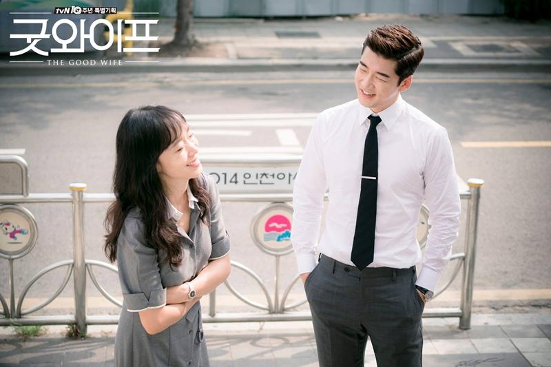 ✿TOP 8- tvN《The Good Wife》 話題佔有率:4.46% ➔下降1個名次 ※講述了檢察官丈夫因政治緋聞被捕後,婚後就辭職不再工作的妻子-金惠京(全道嬿飾),從此擔負起生活的重擔,時隔13年再次以律師的身份回歸職場,並找到真正的自己的故事。