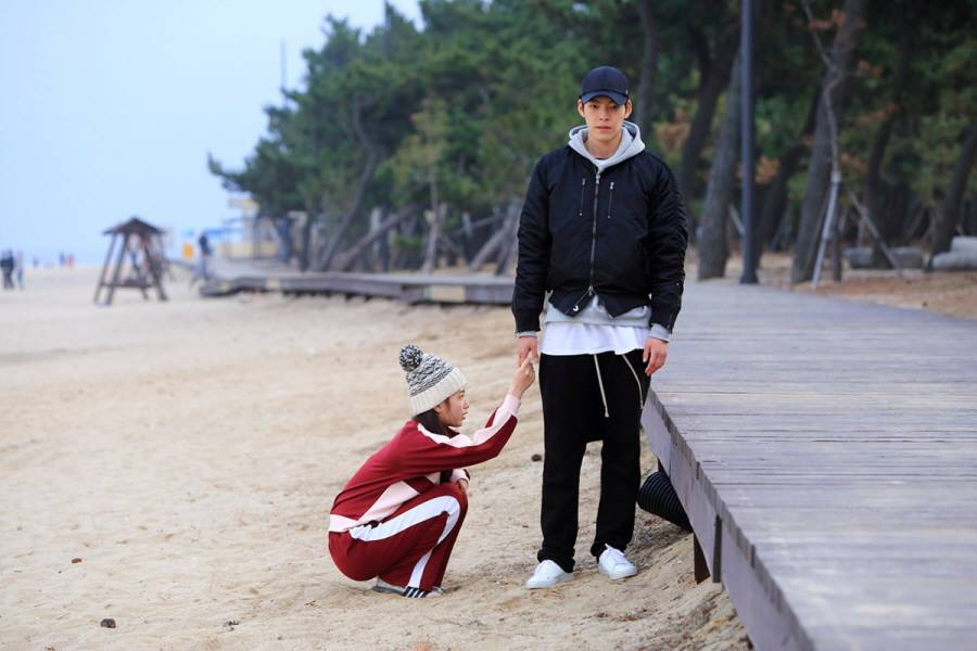 ✿TOP 7- KBS2《任意依戀》 話題佔有率:5.9% ➔下降3個名次 ※講述男女主角年少時結下惡緣黯然分離,長大後以巔峰高冷男巨星申俊英(金宇彬飾)和卑微勢利的紀錄片製作人盧乙(裴秀智飾)的身份相遇,進而展開一連串的愛情故事。