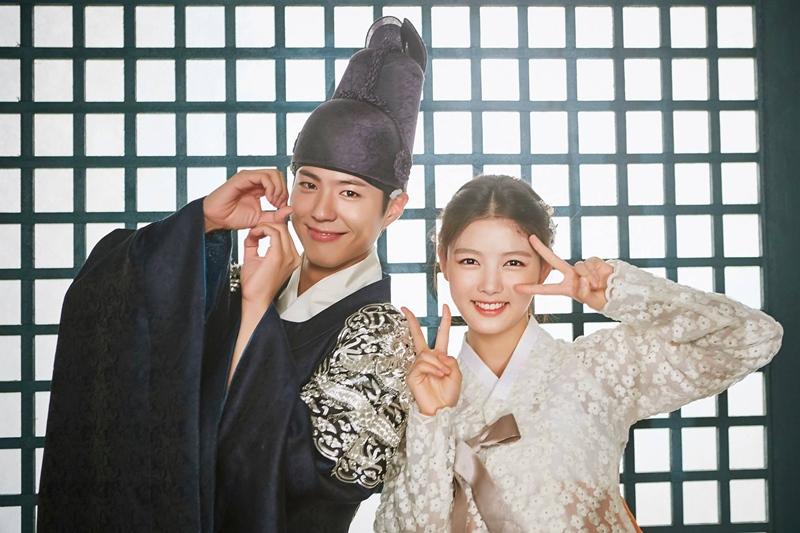✿TOP 1- KBS2《雲畫的月光》 話題佔有率:16.13% ➔上升4個名次 ※以19世紀的朝鮮為背景,講述朝鮮第23代君主純祖與純元王后的長子-李韺(朴寶劍飾),和一位以女扮男裝生活,因欠債被人賣去當宮中內侍的女性問題諮詢專家-洪羅溫(金裕貞飾),兩人在宮中的羅曼史。