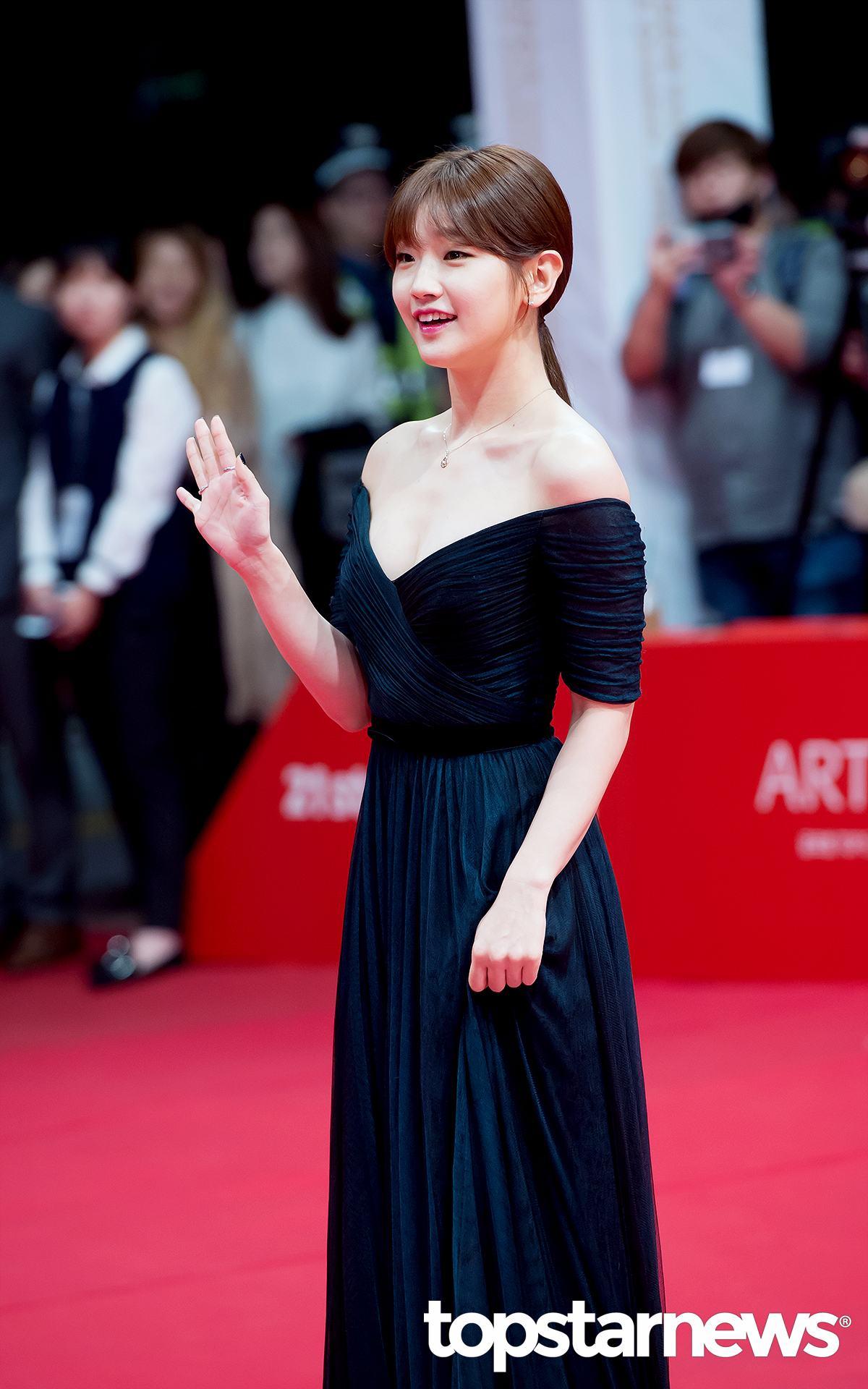 另外,這次出席《釜山電影文化節》的有「灰姑娘」朴素丹~~~ 你們說!!!!!!!!這套禮服超美的啊 到底是誰一直說素丹長得很不好看啊(◞‸◟)