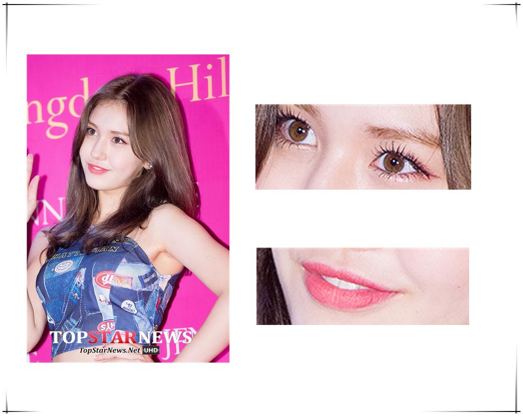 忙內Somi眼妝的重點放在了睫毛上,只是眼尾部分添加了玫瑰紅色眼線,玫瑰紅色的霧面唇略顯成熟。