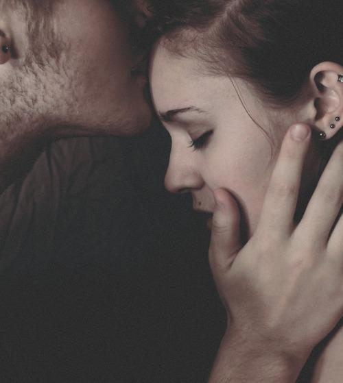 一般來說,吻手表示敬意;吻頰表示歡喜;吻唇表示戀愛;吻眼表示幻想...那麼,吻額頭呢?