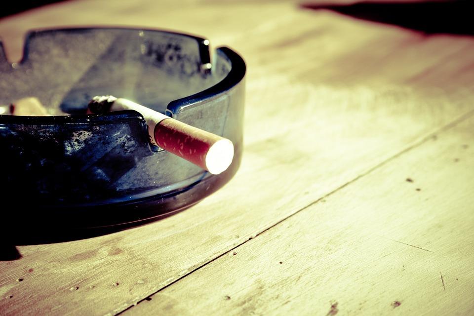 澳洲政府當然也不是真的這麼無聊,閒來沒事做個調查。 歐洲與澳洲等國家香菸也大多使用「泥棕綠色」包裝,不只在盒裝印上標語或恐怖肺癌照等,還希望能夠利用心理研究,讓這個令人反感的醜色,加強勸阻抽菸的人們。
