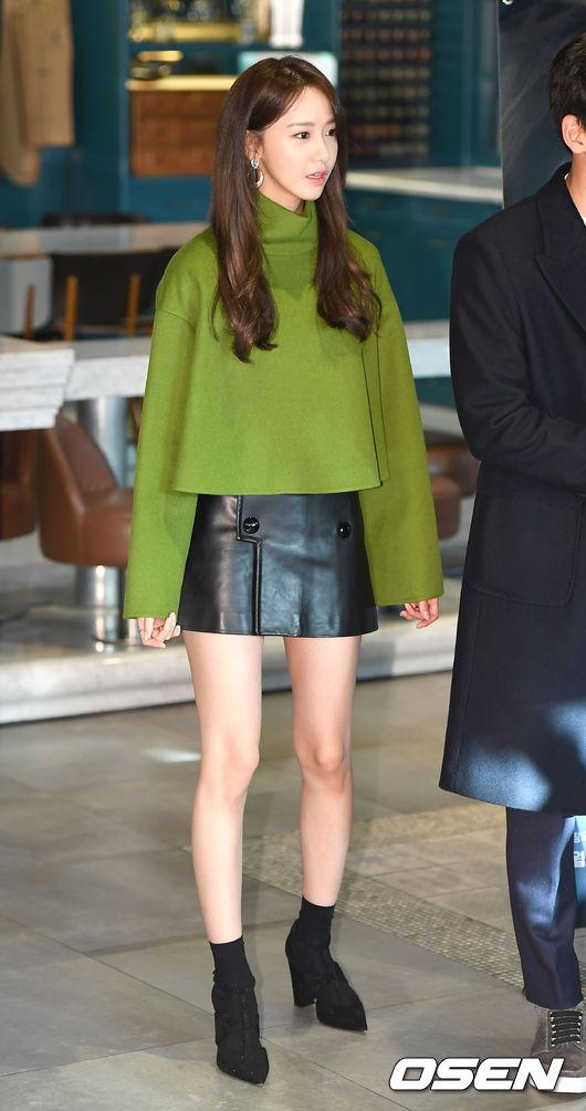 #露出長腿 雖然潤娥擁有超長美腿,但是想要拉長比例,也可以跟著潤娥一樣,選擇寬鬆上衣,配上短裙,最後再來一雙有根的靴子,真的會讓你看起來變更高喔!