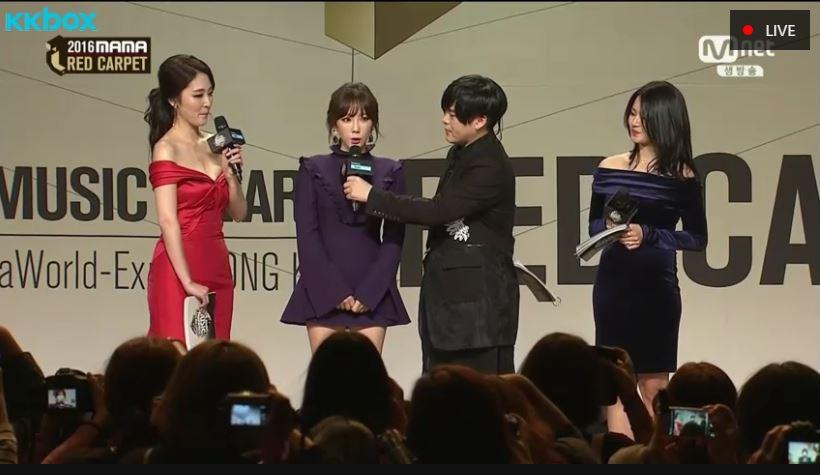 「恭喜喔!」,害本來還很沉穩在採訪的文熙俊突然露出害羞的表情,還趕快跟太妍說:「現在是在直播,那個…」