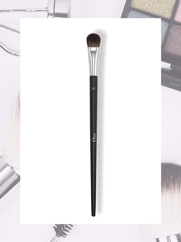 #1、Eye Shadow 因為是要使用在眼周的產品,美妝專家建議一定要選擇刷毛質地輕柔的,而且在塗眼影時不易飛粉的產品!