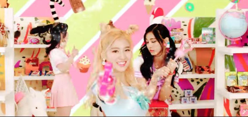 TWICE其實不僅每次發片都有不同的話題,除了《Cheer Up》中的cosplay服裝讓粉絲叫好,SANA的「Sha sha sha」更絕對列得上韓國今年上半年的熱門流行語之一!而且其實不僅服裝、歌詞可以帶動流行