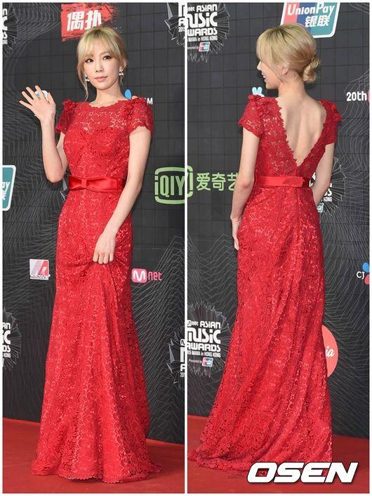 當時看到太妍穿這件紅色長禮服,真心覺得美呆了!還可以看到太妍的美背~
