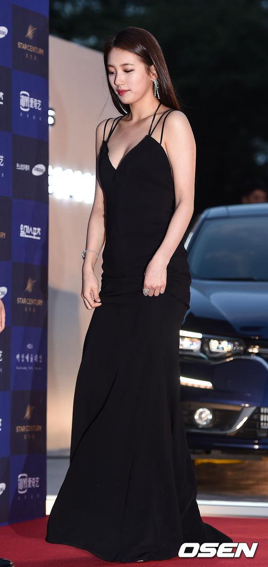 秀智這件黑色長禮服有點太性感了>< 不過也凸顯出她的好身材~
