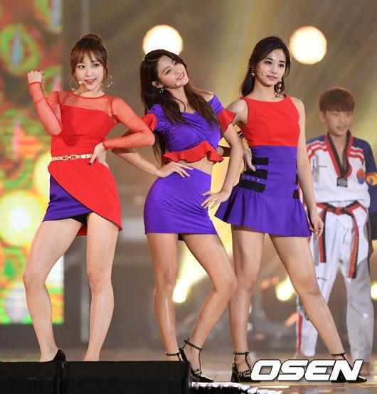 三人合作表演前輩< Wonder Girls >的Tell Me和Nobody,這組合引起超高的討論也獲得大眾的喜愛