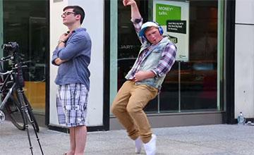 一男子在不認識的人旁自high跳舞 他得到的反應讓你覺得世界真美好