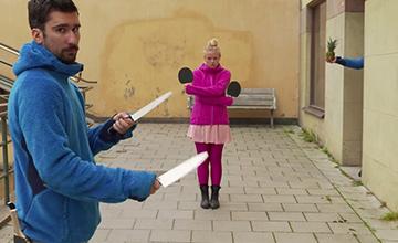 女子拿乒乓球拍,男子卻拿出雙刀 接下來的事情讓人不可思議