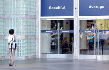 面前寫「很美」與「一般」的兩扇門 你的選擇是?