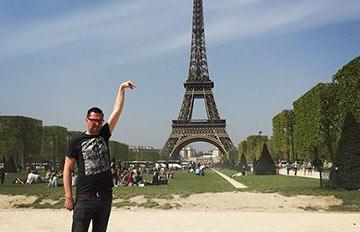 想要摸到艾菲爾鐵塔頂端?就這摸辦吧!