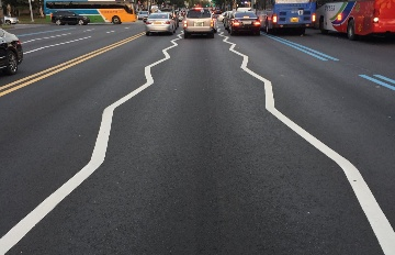 鋸齒狀設計好像閃電!首爾的車道標線原來有這種功能